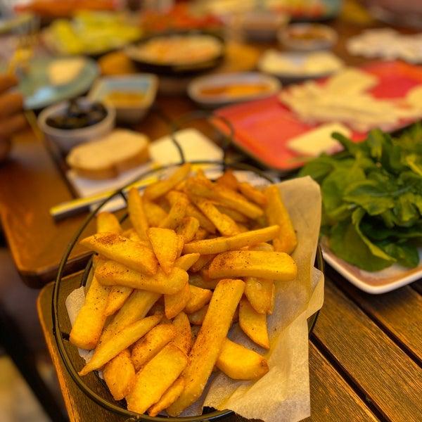 Das Foto wurde bei Limoon Café & Restaurant von Emre SALMAN am 8/12/2020 aufgenommen