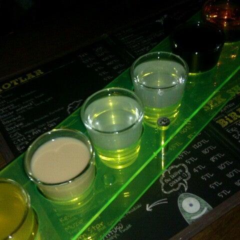 รูปภาพถ่ายที่ Up Shot Bar โดย Orkun Ç. เมื่อ 3/1/2013