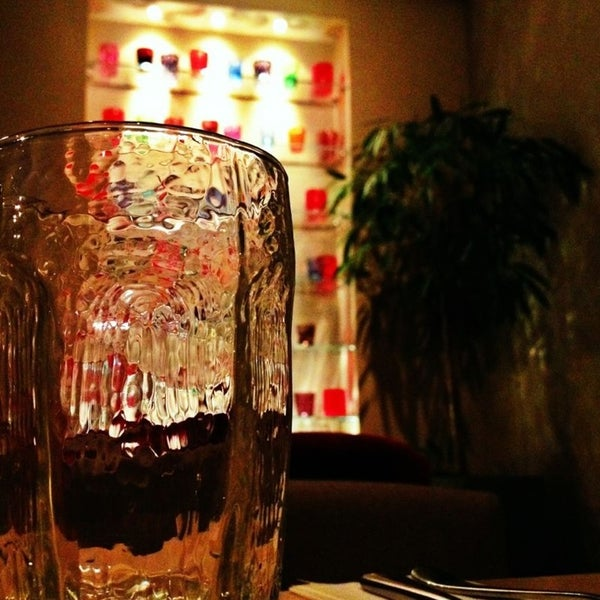 Еда невкусная, салаты с дешевым подсолнечным маслом, хамоватые официантки. Но полка с цветными стаканами ничего.