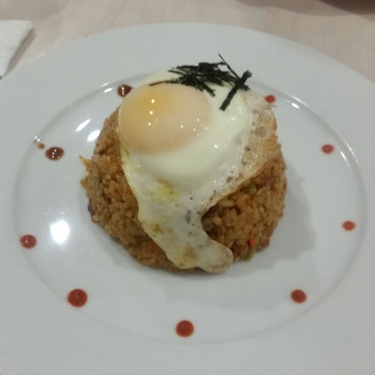 Foto tirada no(a) Chibiscus Asian Cafe & Restaurant por Lolita C. em 10/26/2014