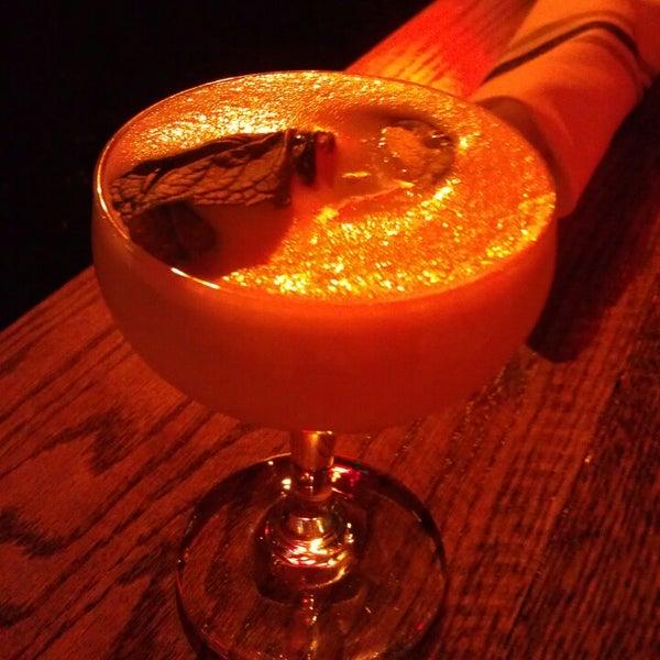 10/7/2013 tarihinde Lovehappyhour.comziyaretçi tarafından Pearl's Liquor Bar'de çekilen fotoğraf