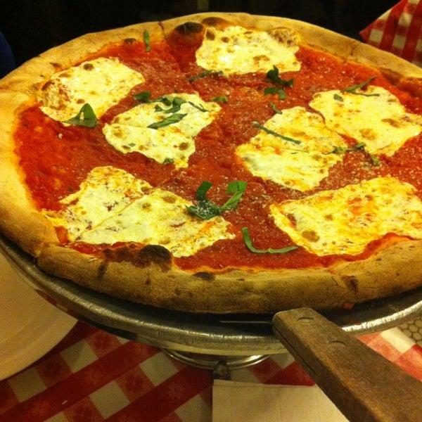Das Foto wurde bei Lombardi's Coal Oven Pizza von Ashley Y P. am 3/19/2013 aufgenommen