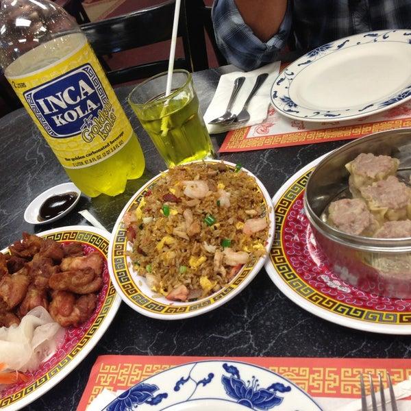 4/15/2013 tarihinde Xime Z.ziyaretçi tarafından Chifa Du Kang Chinese Peruvian Restaurant'de çekilen fotoğraf