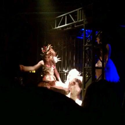 """รูปภาพถ่ายที่ Warehouse Live โดย James """"Jim"""" F. เมื่อ 1/26/2013"""