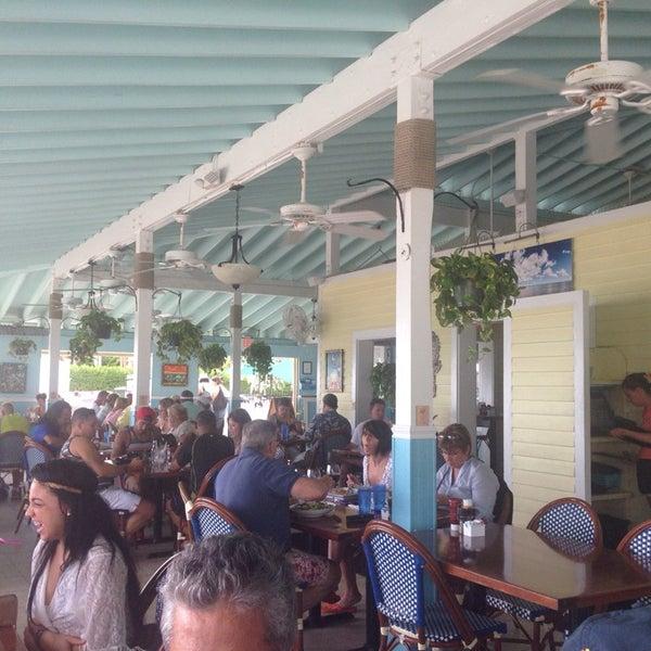 Foto tirada no(a) Southernmost Beach Cafe por Alejo T. em 9/13/2014