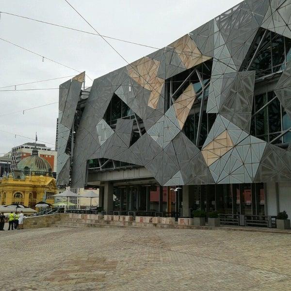 รูปภาพถ่ายที่ Federation Square โดย Rodrigo S. เมื่อ 4/1/2013