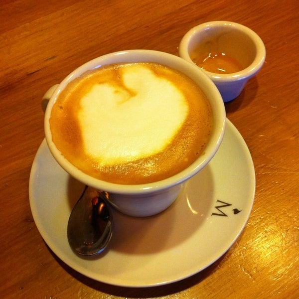 Un gran café con leche, y en vez de azúcar con miel, eso si, si la pides.