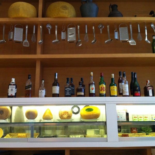 Foto scattata a Poncelet Cheese Bar da Pablo d. il 11/27/2014