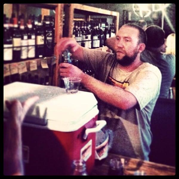 Photo prise au Barsha Wines & Spirits par The Dudes' Brewing Co. le9/15/2013
