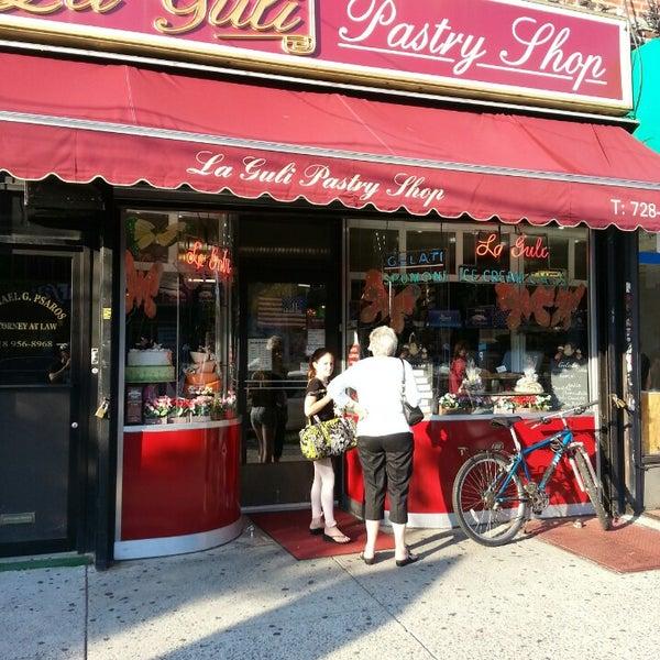 Foto tomada en LaGuli Pastry Shop por Chase el 7/17/2014