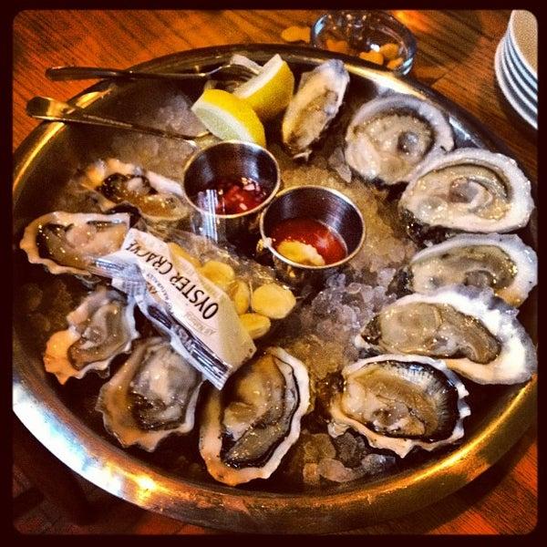 Foto scattata a Hank's Oyster Bar da Jus W. il 4/8/2013