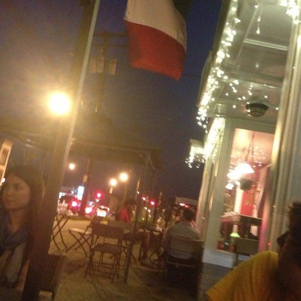 Foto scattata a Menomalé Pizza Napoletana da Gwynne K. il 5/23/2013