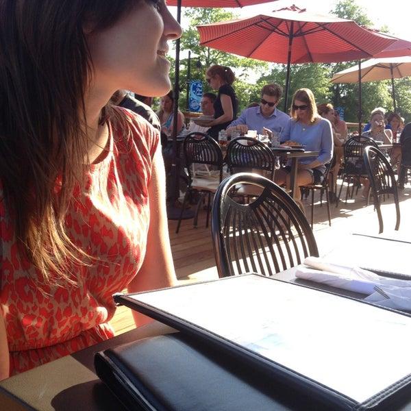 รูปภาพถ่ายที่ Tyler's Restaurant & Taproom โดย Delea B. เมื่อ 5/12/2013