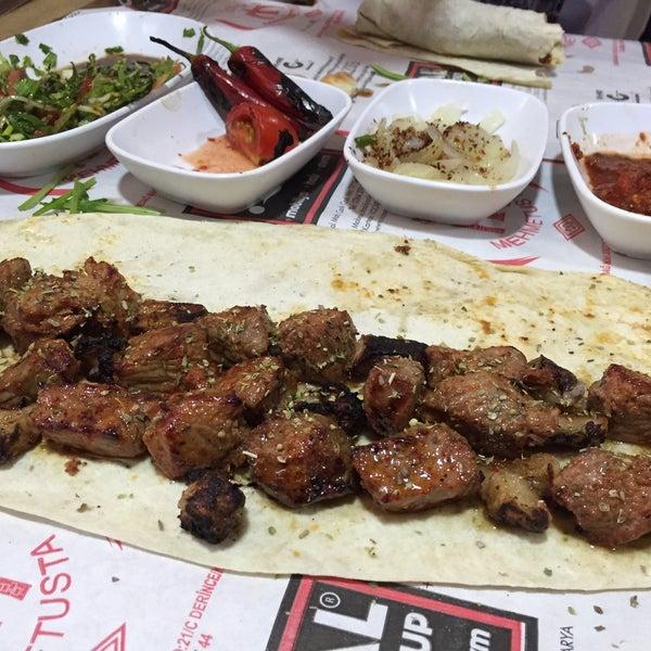 Das Foto wurde bei Mehmet Usta Kebap ve Ciğer Salonu von Gokhan A. am 9/7/2015 aufgenommen