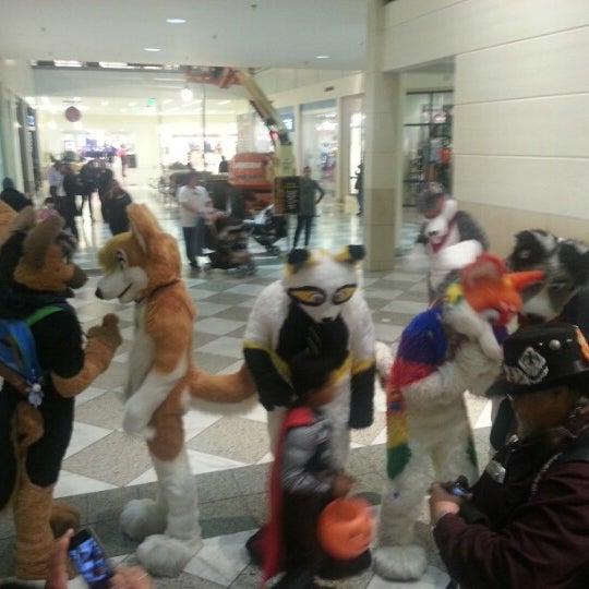 Foto tomada en Hillsdale Shopping Center por Kendoro D. el 11/1/2012