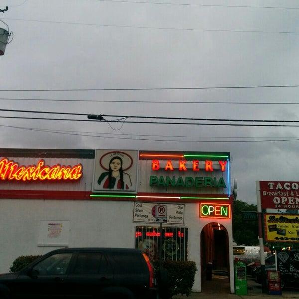 Снимок сделан в La Mexicana Bakery пользователем meli. 5/8/2015