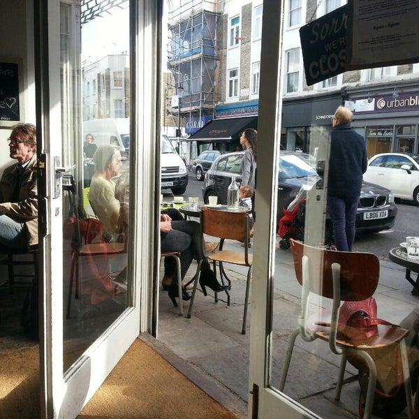 Das Foto wurde bei Bluebelles of Portobello von Konstantinos K. am 4/26/2014 aufgenommen