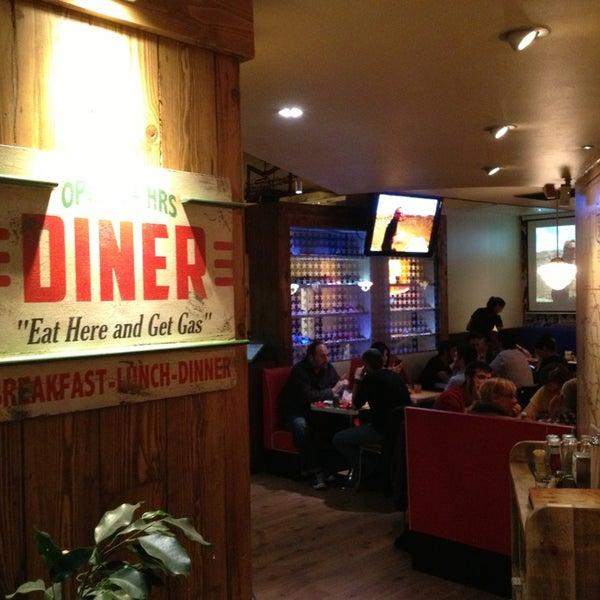 Foto scattata a Bernie's Diner da HERNAN V. il 5/24/2013