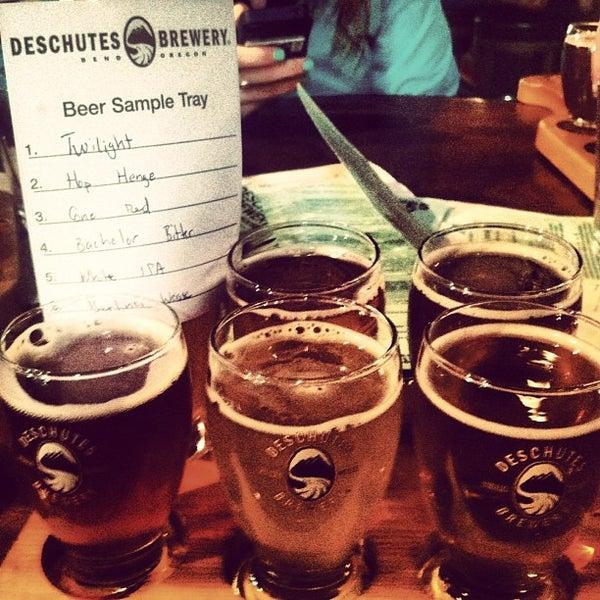 Foto tomada en Deschutes Brewery Portland Public House por Constance A. el 5/22/2013