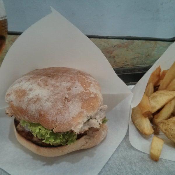 Buenas hamburguesas y patatas. Sobre unos 12 euros el menú. El local es pequeño pero sirven a domicilio. Tienen un reto: te dan 100€ si te comes una burguer de 800gr.