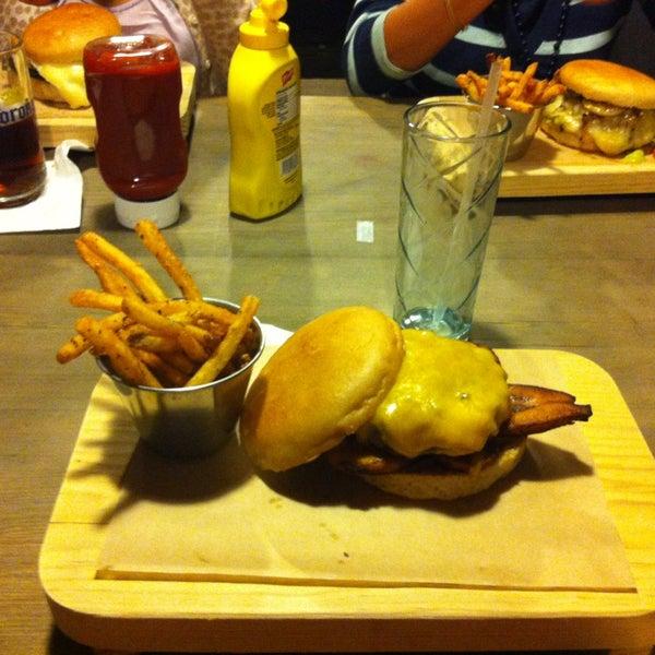 7/5/2013에 Hector C.님이 Smokey's Burger House에서 찍은 사진