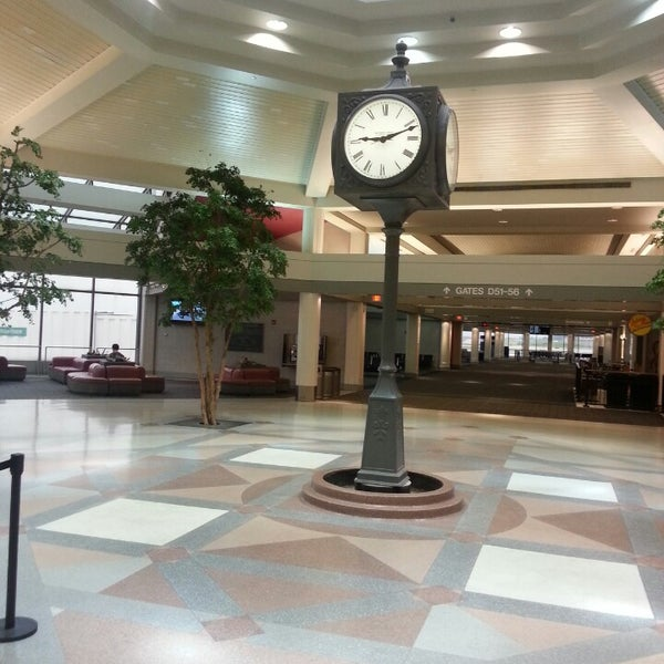 Foto tirada no(a) General Mitchell International Airport (MKE) por Marcus S. em 6/29/2013