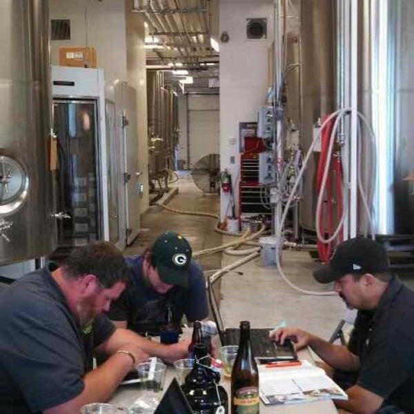 8/31/2013 tarihinde Skip T.ziyaretçi tarafından Tioga-Sequoia Brewing Company'de çekilen fotoğraf