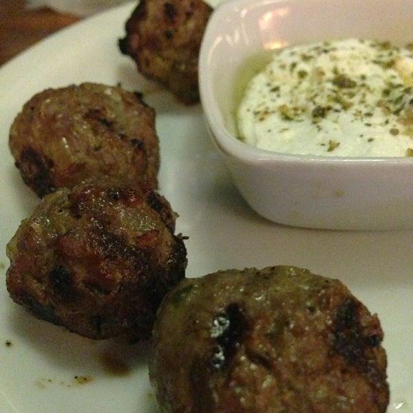 A porção de mini Kafta com pão sírio e coalhada seca é uma delícia.