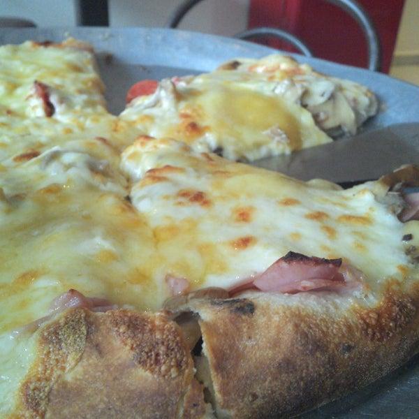 Снимок сделан в Mama's Pizza пользователем Isaias P. 4/7/2013