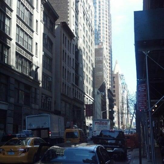 4/15/2013 tarihinde Basil D.ziyaretçi tarafından Hilton New York Fashion District'de çekilen fotoğraf