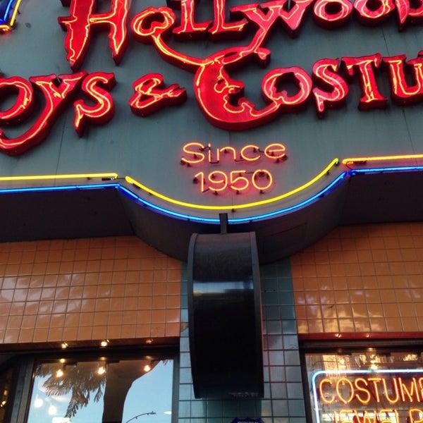 Das Foto wurde bei Hollywood Toys & Costumes von Glitterati Tours am 10/30/2014 aufgenommen