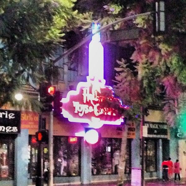 10/8/2013에 Glitterati Tours님이 Hollywood Toys & Costumes에서 찍은 사진