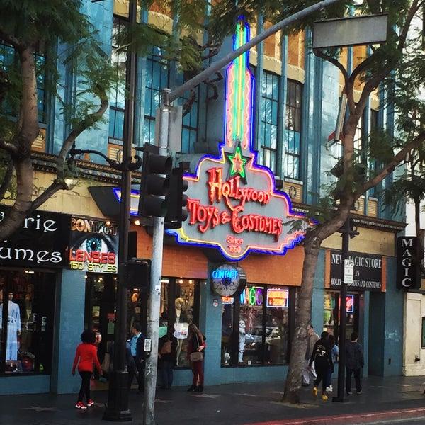 Das Foto wurde bei Hollywood Toys & Costumes von Glitterati Tours am 2/3/2016 aufgenommen
