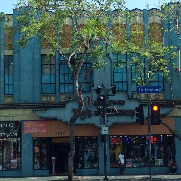 Das Foto wurde bei Hollywood Toys & Costumes von Glitterati Tours am 6/25/2014 aufgenommen