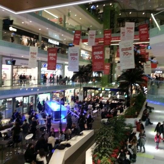 รูปภาพถ่ายที่ Athens Metro Mall โดย Panagiotis C. เมื่อ 2/2/2013
