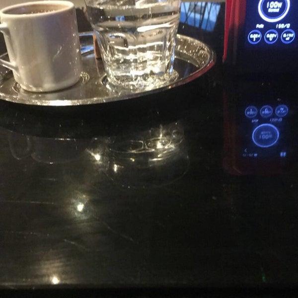 Das Foto wurde bei Social Roof FCM Cafe von Faruk Ş. am 4/20/2017 aufgenommen