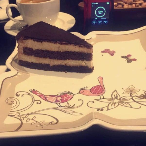 Das Foto wurde bei Social Roof FCM Cafe von Faruk Ş. am 4/14/2017 aufgenommen