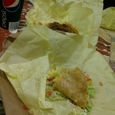 Foto tomada en Taco Fiesta por Jt P. el 10/19/2012