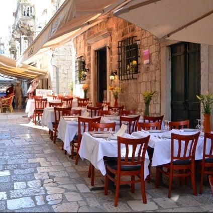 Foto scattata a Neighbours Restaurant da Mehmet t. il 6/16/2013