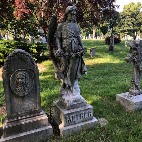 Foto tomada en Green-Wood Cemetery por Nate F. el 6/8/2020