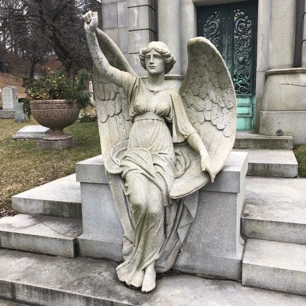 Foto tomada en Green-Wood Cemetery por Nate F. el 2/23/2019