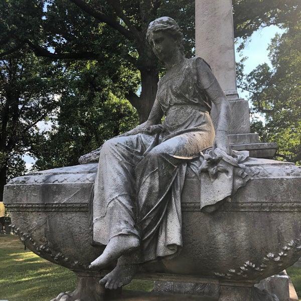 Foto tomada en Green-Wood Cemetery por Nate F. el 6/29/2020