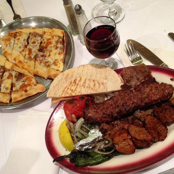 Das Foto wurde bei Taci's Beyti Restaurant von Dan X. am 2/3/2013 aufgenommen