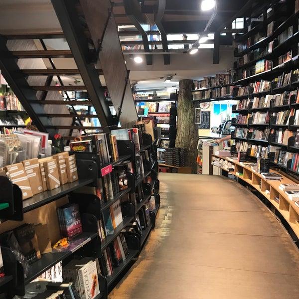 Foto tirada no(a) The American Book Center por Maria U. em 9/28/2018