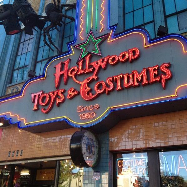 Das Foto wurde bei Hollywood Toys & Costumes von Rio N. am 2/25/2013 aufgenommen