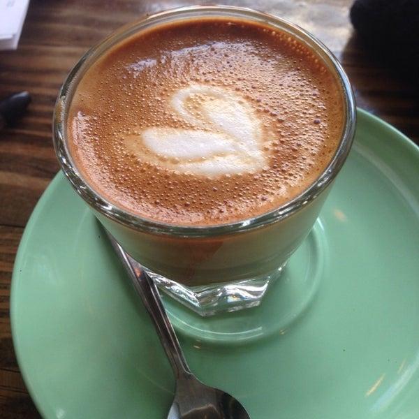 Das Foto wurde bei Double Dutch Espresso von Ethan am 3/1/2014 aufgenommen