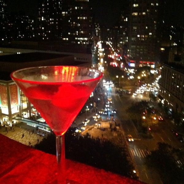 Снимок сделан в The Empire Hotel Rooftop пользователем Kate S. 5/21/2013