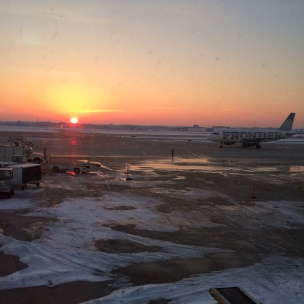 Foto tirada no(a) General Mitchell International Airport (MKE) por Sheila J. em 3/7/2014