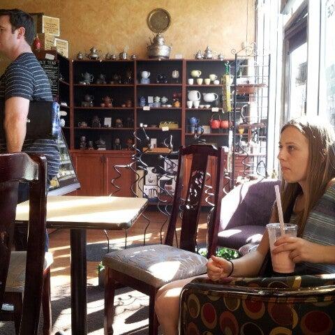 รูปภาพถ่ายที่ Tea Zone & Camellia Lounge โดย Cameron B. เมื่อ 3/30/2013