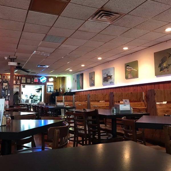 รูปภาพถ่ายที่ Star Tavern Pizzeria โดย Tom S. เมื่อ 6/20/2019
